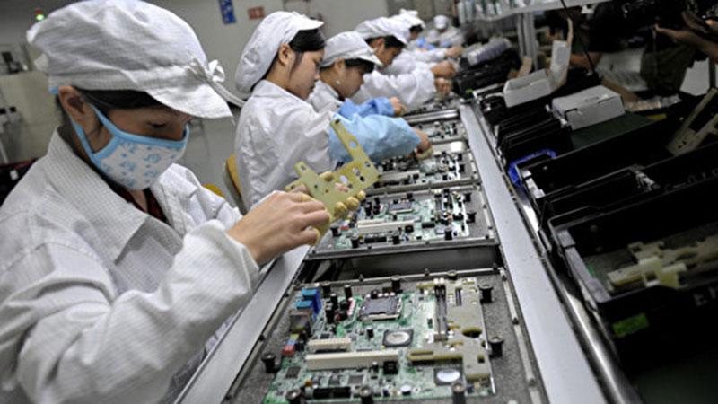 广东人口增量较其他身份快,与广东高端制造业、信息经济等新兴产业的发展,吸引了大量的就业人口。图为深圳一家工厂工人正在组装电子原件。(资料图/法新社)