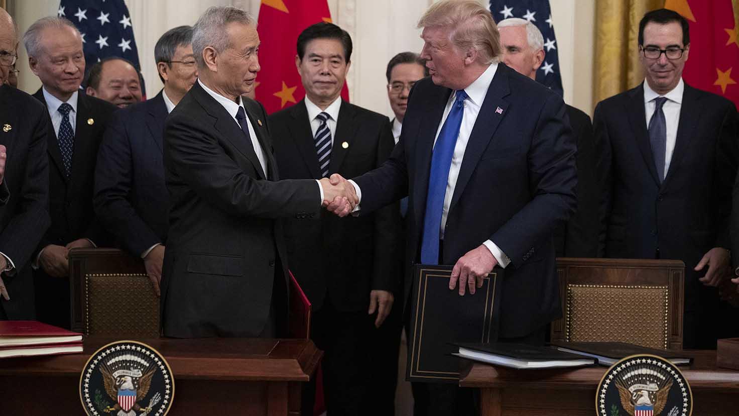 在美中两国历经18个月的贸易争斗后,美国总统特朗普(右)和中国副总理刘鹤2020年1月15日中午,在美国白宫签署了第一阶段的贸易协议。(美联社)