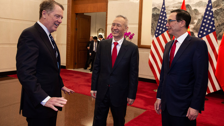 资料图片:2019年3月29日,中国副总理刘鹤(中)与美国财政部长姆努钦(右)、美国贸易代表莱特希泽(左)在北京钓鱼台国宾馆举行会晤。(AFP)