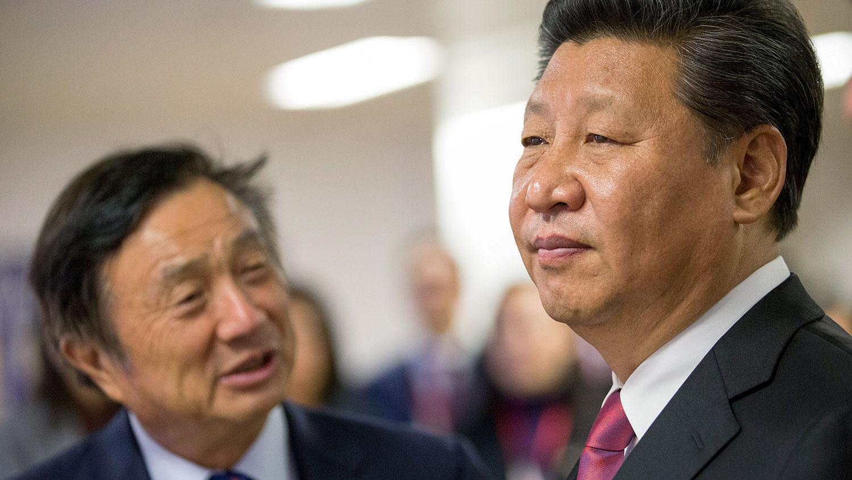 2015年10月21日习近平(右)访英期间在任正非(左)的陪同下参观华为英国分公司。(路透社)