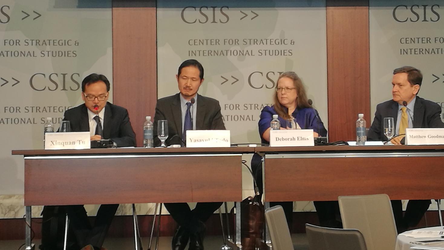 """华盛顿智库""""战略与国际研究中心"""" 6月19日举办题为""""美国与亚洲经济结构脱钩了吗""""的研讨会,左一为中国对外经济贸易大学中国WTO研究院院长、教授屠新泉,右二为新加坡亚洲贸易中心(Asian Trade Centre)执行董事、创始人德博拉·埃尔姆斯(Deborah Elms) 。(林坪摄影)"""