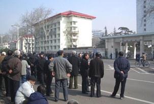 图片:上千军转人员星期三在济南山东省委集体上访(民生观察网提供)