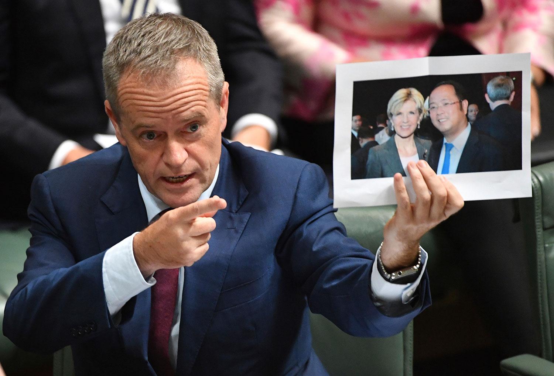 2017年6月14日,澳大利亚国会大厦国会议员索腾(Bill Shorten)拿出前外长毕绍普(Julie Bishop )与黄向墨合影,质询外交部和这名富豪的关系。(美联社)