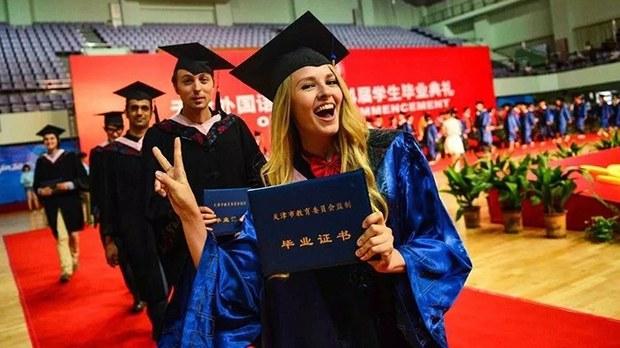 从中国一所高校毕业的部分外国留学生(网络图片)