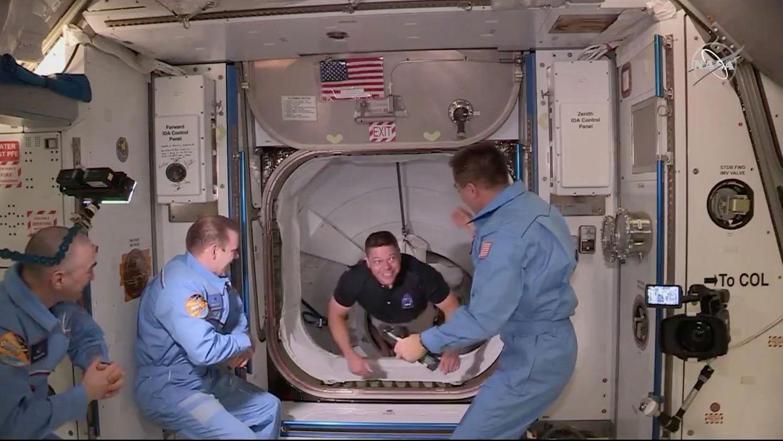 """2020年5月31日,美国宇航局宇航员贝肯Bob Behnken(右二)乘坐美国太空探索技术公司(SpaceX)载人""""龙""""飞船进入空间站。(路透社)"""