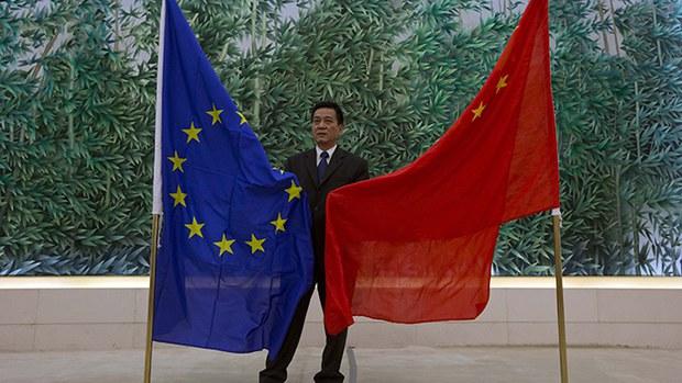 中国与欧盟旗帜。(AP)
