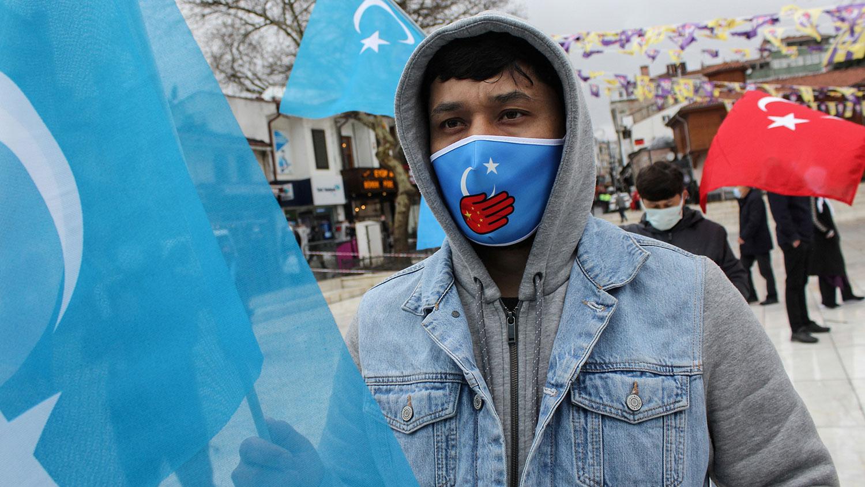 2021年4月5日,维吾尔族示威者在中国驻土耳其伊斯坦布尔总领事馆外,抗议中国政府在新疆地区针对维吾尔族等穆斯林少数族裔的暴行。(路透社)