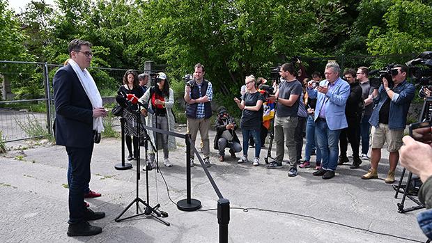 布达佩斯市长卡拉松尼2021年6月2日在计划兴建中国复旦大学分校的校址前举行记者会(路透社)