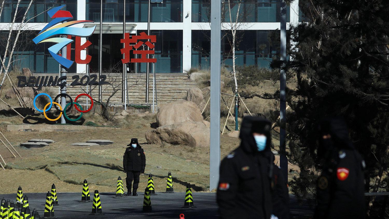 资料图片:2021 年 1 月 28 日,北京延庆区 2022 年冬季奥运会场馆入口处,保安人员在奥运标志牌前。(路透社)