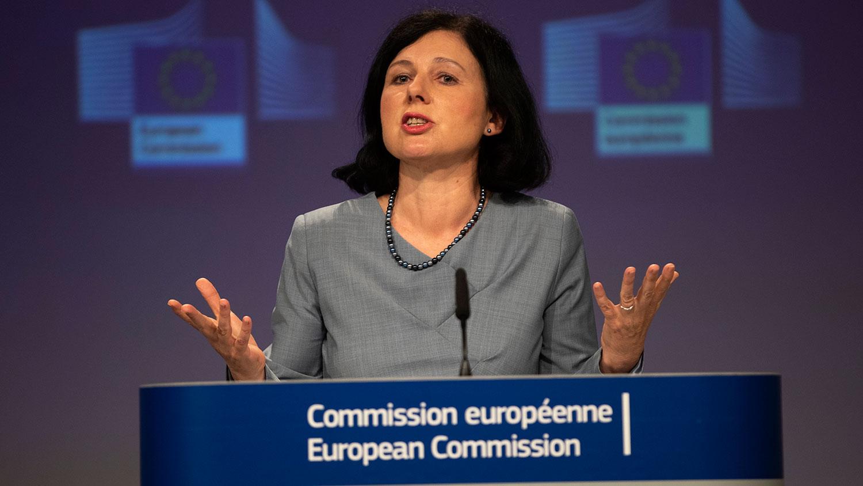 2020年6月10日,欧盟价值与透明度委员会副主席乔罗娃(Vera Jourova)表示,在病毒蔓延全球期间,来自内部及外部的不实讯息浪潮席卷欧洲。(美联社)