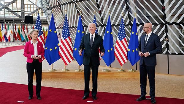 美国总统拜登(Joe Biden)(中)6月15日在布鲁塞尔与欧洲理事会(European Council)主席米歇尔(Charles Michel)(右)、欧盟执行委员会(EU Commission)主席冯德莱恩(Ursula von der Leyen)(左)举行美欧峰会。(美联社)
