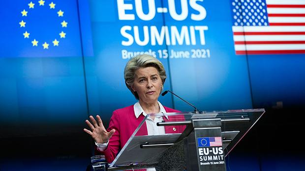 欧盟主席冯德莱恩(Ursula von der Leyen)2021年6月15日在美国欧盟峰会上针对欧盟跟中国的关系表示,体制本身就是人权与人性尊严,这是明确区隔欧盟与中国的主要问题。(美联社)