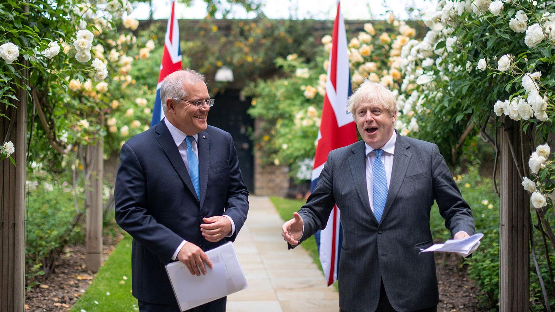 2021 年 6 月 15 日,英国首相英国首相约翰逊在英国伦敦唐宁街 10 号花园与澳大利亚总理莫里森交谈。(路透社)