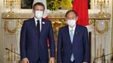作爲下屆奧運會的東道主,法國總統馬克龍(左)親自參與東京奧運會,並會晤日本首相菅義偉。