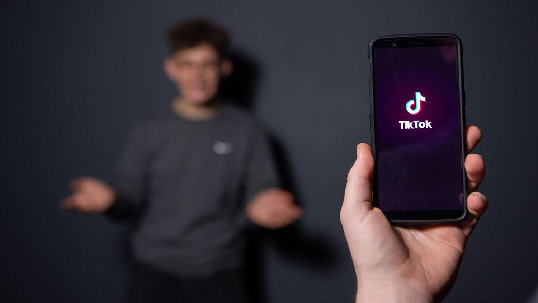 2018年12月14日,一名巴黎男子在手机上用中国应用程序抖音(TikTok)短视频国际版拍照。(AFP)