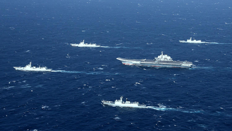 资料图片:2017年1月2日,航母辽宁号的海军编队在南中国海进行军事演习。(法新社)