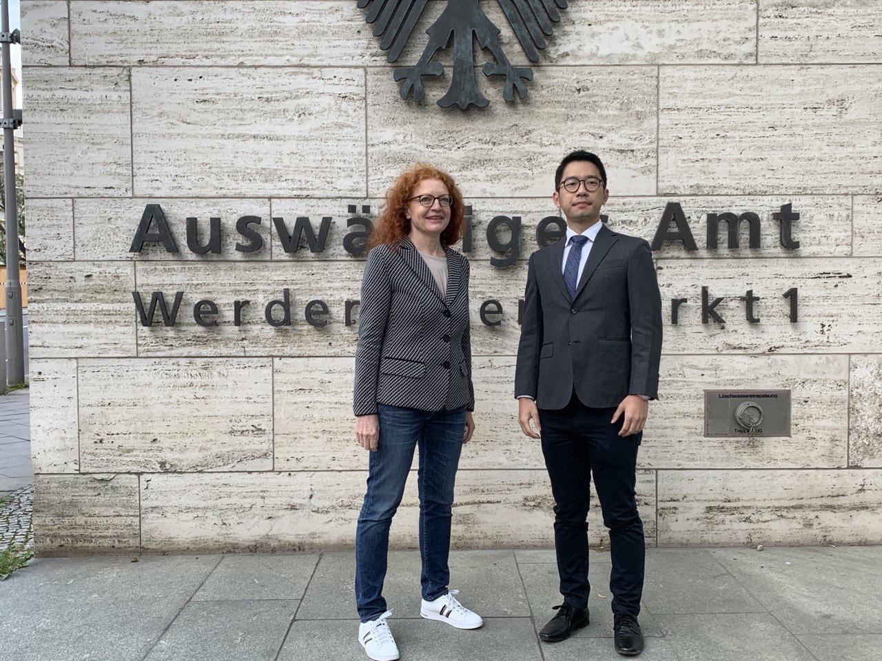 香港衆志創黨主席羅冠聰與德國綠黨國會國會議員鮑澤(Margarete Bause)(左)在德國外交部大樓前參與了抗議中國外長訪德集會。(吳亦桐 攝/粵語組)