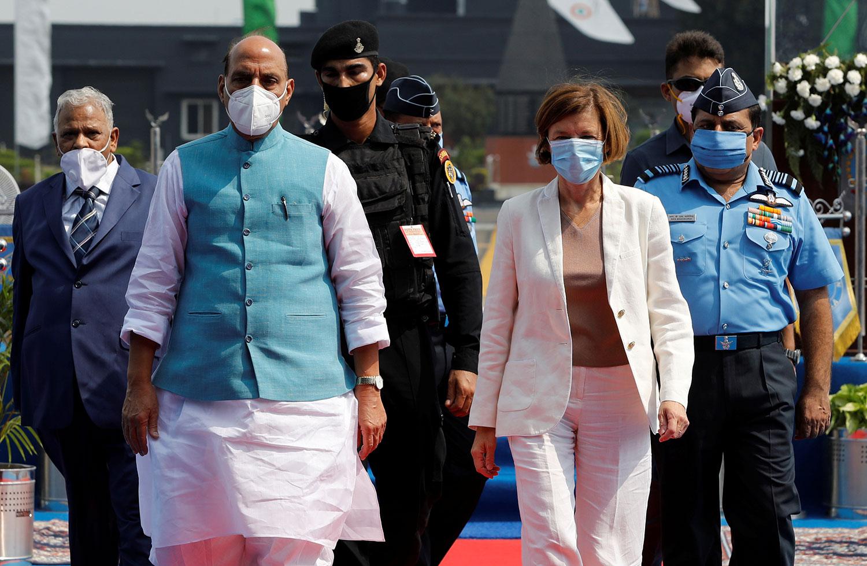 2020年9月10日,法国国防部长帕里(Florence Parly)(前右)抵达印度进行闪电访问,分别与印度外长和国家安全顾问会谈,并讨论中印边境问题。(路透社)