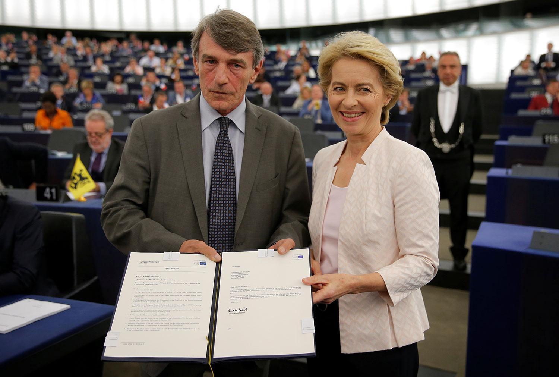 欧洲议会主席萨索利(左)祝贺冯德莱恩女士当选。(路透社)