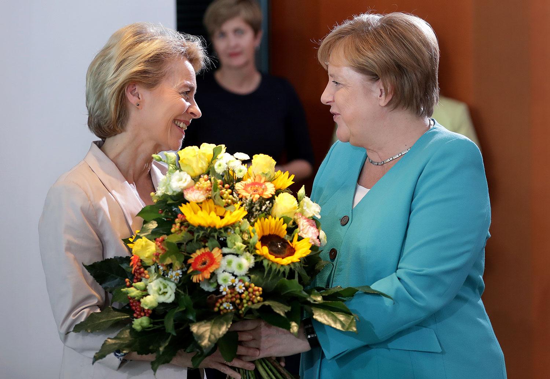 2015年7月17日,德国总理默克尔(右)祝贺冯德莱恩(Ursula von der Leyen)当选为欧盟委员会女主席。(美联社)