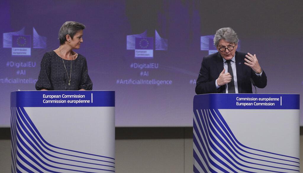 欧盟委员会负责数字时代的执行副总裁玛格丽特•韦斯特格(Margrethe Vestager,左)和欧盟内部市场专员布雷顿(Thierry Breton)在讨论人工智能。(AP)