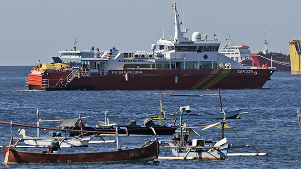 前往出事地点搜寻失事印尼潜艇的船只(美联社)