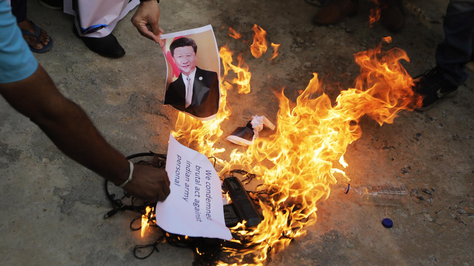 印度民众在抗议中点燃习近平的画像。(美联社资料图片)