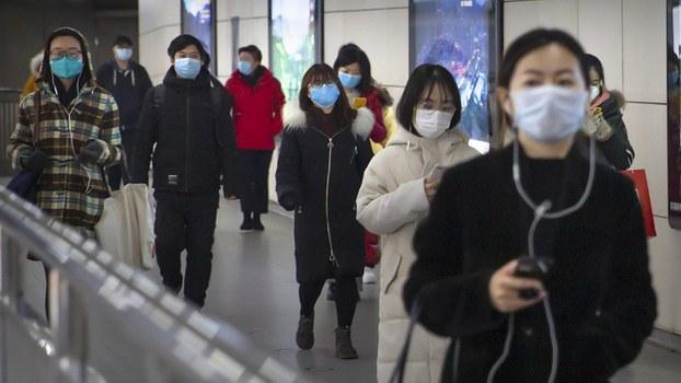 资料图片:2020年3月6日在北京一座地铁站内的职业妇女(美联社)