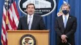 """美国司法部与联邦调查局(FBI)2020年10月28日宣布起诉8人参与中国政府""""猎狐行动""""。美国司法部副部长德默斯(John Demers,左)和共同出席发布会的联邦调查局长雷(Christopher Wray)。(美联社)"""