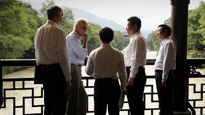 资料图片:美国副总统拜登(左二)2011年在中国会见时任中国国家副主席的习近平(右二)(法新社)