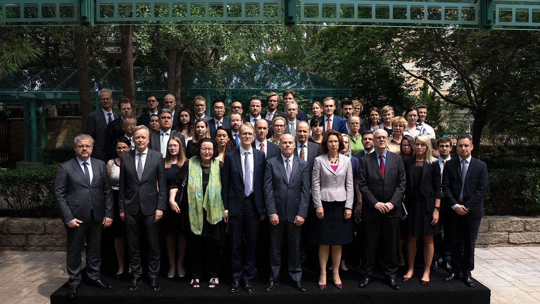 2021年8月11日,25个国家、50名驻华外交官,在判决后齐集北京的加拿大驻华大使馆,声援迈克尔。(美联社)