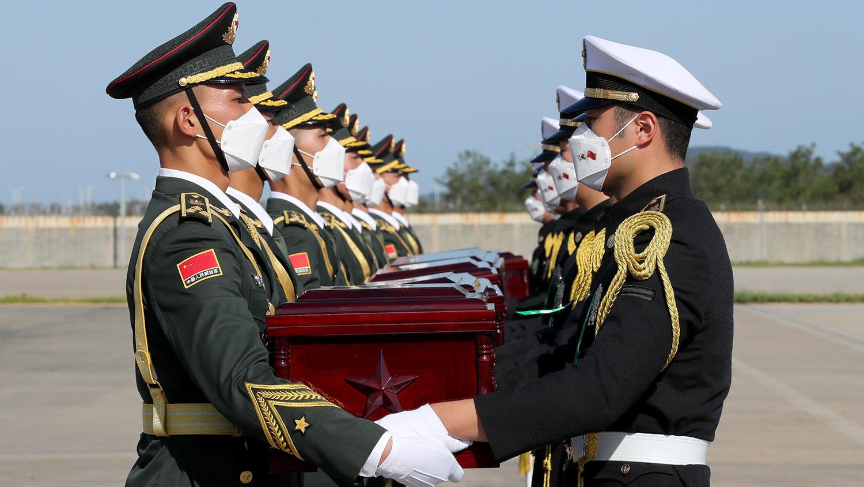 2020年9月27日,在仁川国际机场,韩中两国举行第七次中国志愿军遗骸交接仪式。(AP)