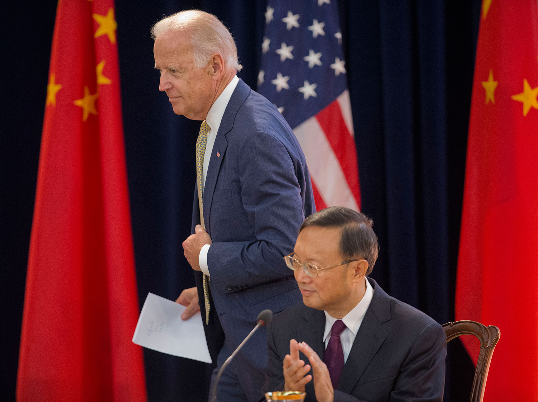 资料图片:2015年6月23日,美国副总统拜登Joe Biden(左)走过中国国务委员杨洁篪(右),在第七轮中美战略与经济对话和第六轮中美人文交流高层磋商上发言。(AP)
