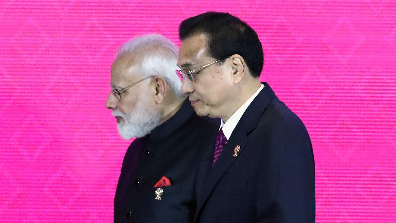 印度在去年11月谈判完成前夕宣布退出RCEP。图为,印度总理莫迪(左)和中国总理李克强(右)出席在泰国曼谷举行的第三届区域全面经济伙伴关系(RCEP)峰会。(路透社)