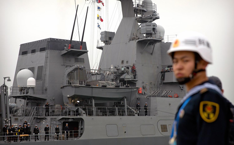 有11个国家派出的军舰已经抵达青岛,参加中国海军成立70周年的庆祝活动。图为2019年4月21日,日本驱逐舰进港。(美联社)