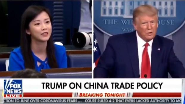 4月6日,香港凤凰卫视驻华盛顿记者王又又(左)在白宫记者会上遭到特朗普的质疑,被询问是否为国营媒体工作。(视频截图/FOX NEWS)