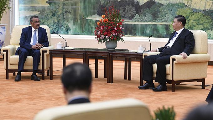 2020年1月28日,中国领导人习近平(右)在北京会见世界卫生组织总干事谭德塞。(美联社)