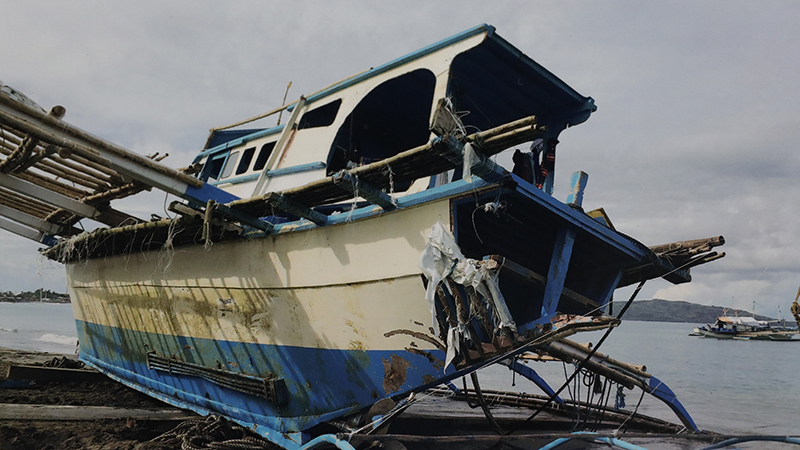 被中国渔船撞毁的菲律宾渔船(美联社)