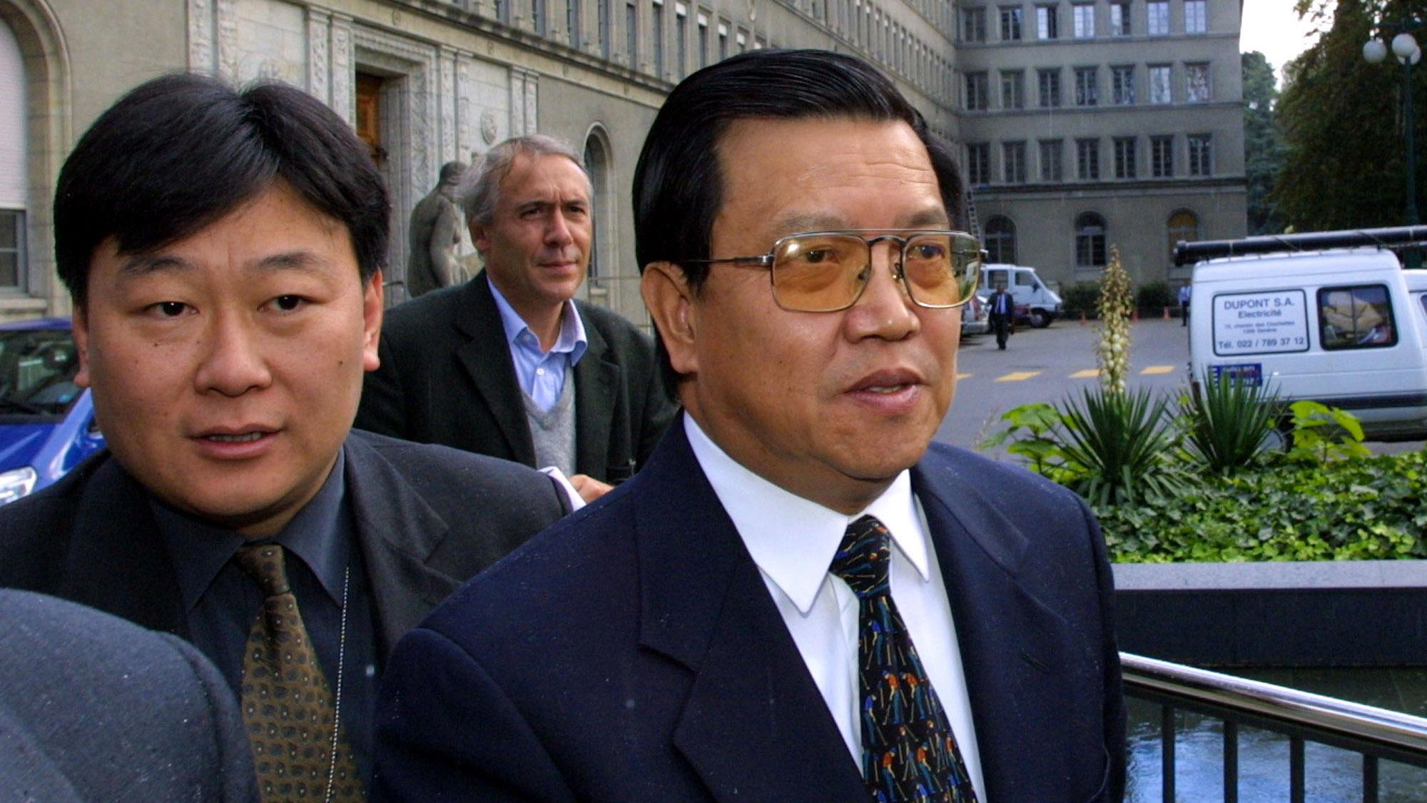 代表中国加入WTO谈判的龙永图(右)。(美联社)