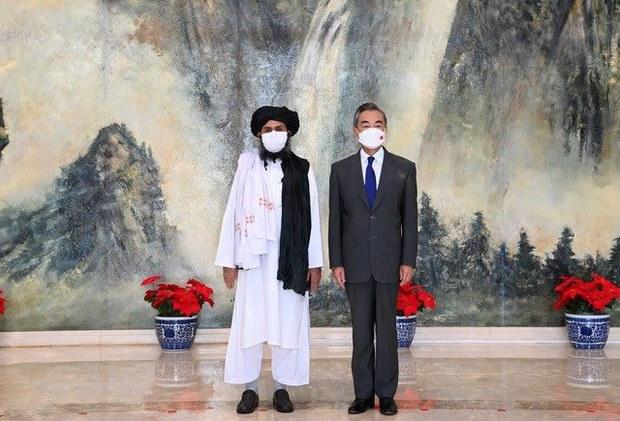 2021年7月28日,中国外长王毅在天津会见到访的塔利班政治委员会负责人的巴拉达尔。(美联社)