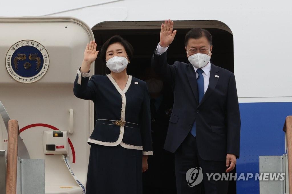2011年6月11日,在京畿道首尔机场,韩国总统文在寅(右)和夫人金正淑启程前往英国,将出席当地时间11至13日举行的七国集团(G7)峰会。( 韩联社)