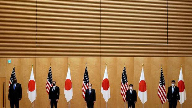 2021年3月16日,日本首相菅义伟(中)在东京与举行美日2+2会谈齐声谴责中国,加强美日同盟和关注台海稳定。(路透社)