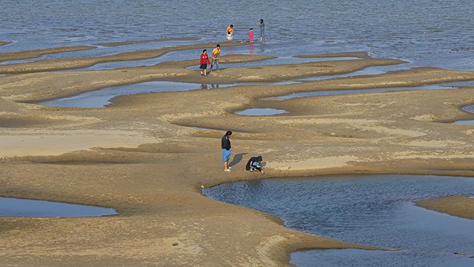 中国在湄公河上游造坝导致下游水流量减少。图为泰国境内的一段湄公河河床暴露在外。(美联社)