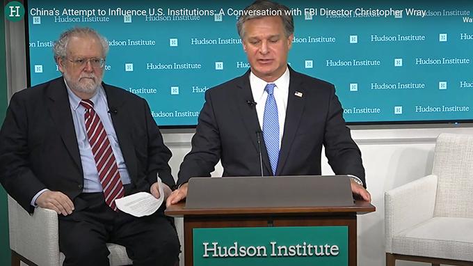 美国联邦调查局局长克里斯托弗·雷(Christopher Wray)在华盛顿哈德逊研究所就中国试图渗透影响美国发表讲话(视频截图)