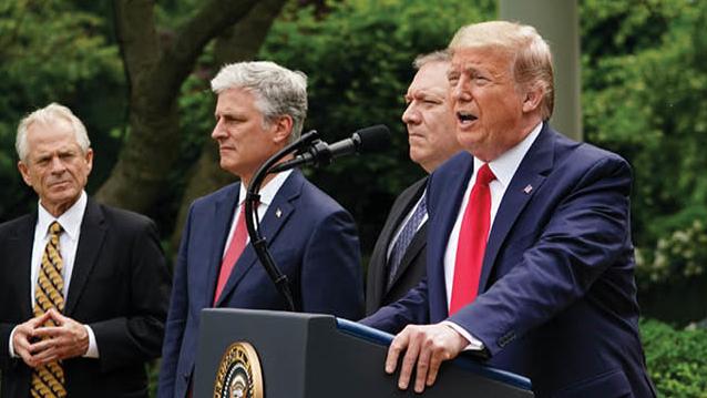 美国总统特朗普(右一)与国务卿蓬佩奥(右二)、国家安全顾问奥布莱恩(左二)及白宫贸易顾问纳瓦罗(法新社)