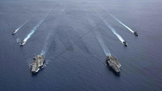 在南海进行军事演习的美国航母战斗群(美联社)