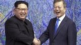 兩韓宣佈恢復中斷四百多天的通信聯絡線。圖爲2018年朝鮮領袖金正恩與南韓總統文在寅的會面。