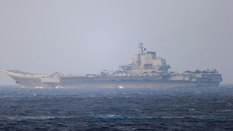 2021年4月4日,中國航母遼寧號駛向沖繩島附近的宮古海峽,駛向太平洋。 (路透社)