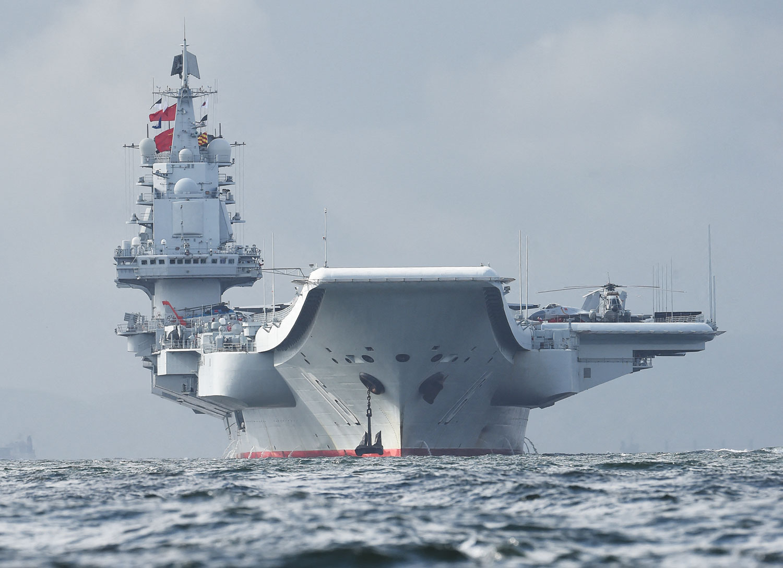 """遼寧號原是""""瓦良格號"""",原要做海上娛樂城,後來翻修成航空母艦,屬中型航母,是傳統動力,不是核動力,當初的定位是作爲試驗艦跟訓練艦。(法新社圖片)"""