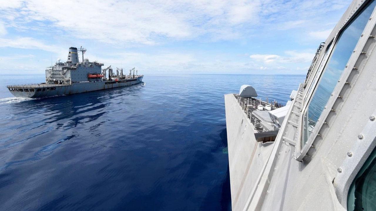 美海军双航母在南海联合演练,太平洋舰队周一在脸书刊登多张图片,展示了B52轰炸机和多架F\18F战机参与了这次演习。(U.S. Pacific Fleet脸书)